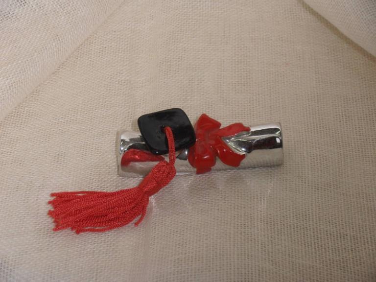 P7141181 Bomboniera per  Laurea….Pergamena  resina con tocco più nappina cm 7×2.5  euro 2.40