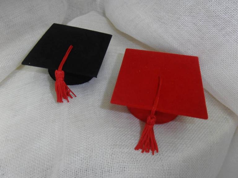 P7141187 Bomboniera per  Laurea….Cappello tocco laurea cartone più velluto  cm 7×4  euro 1.80