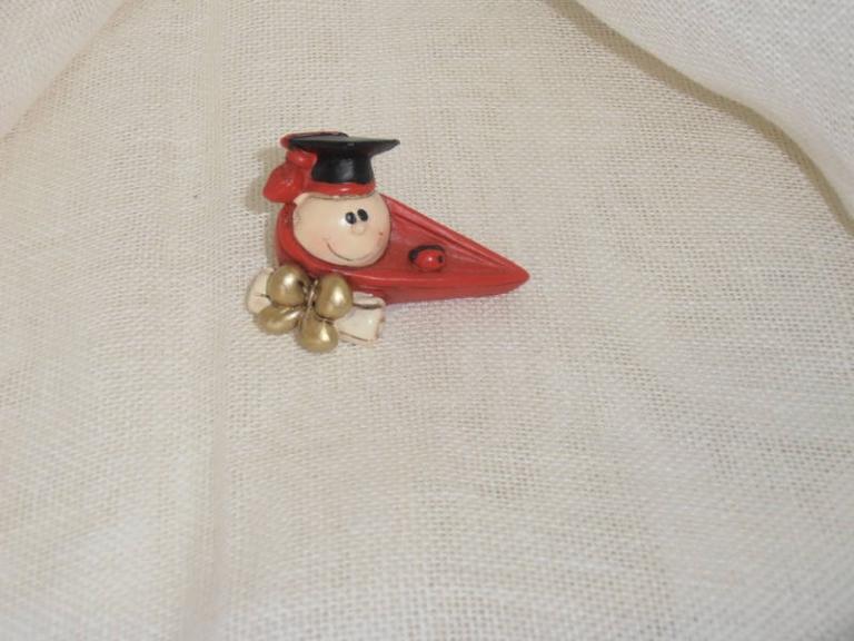 P7141191 Bomboniera per  Laurea….Cappello feluca  in resina  cm 6   euro 2.60